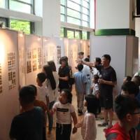 朱晨晨先生作展览介绍 Г-н Чжу Чэньчэнь рассказывает о выставке