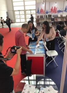 北京国际图书博览会俄罗斯展台上 На российских стендах Пекинской международной ярмарки