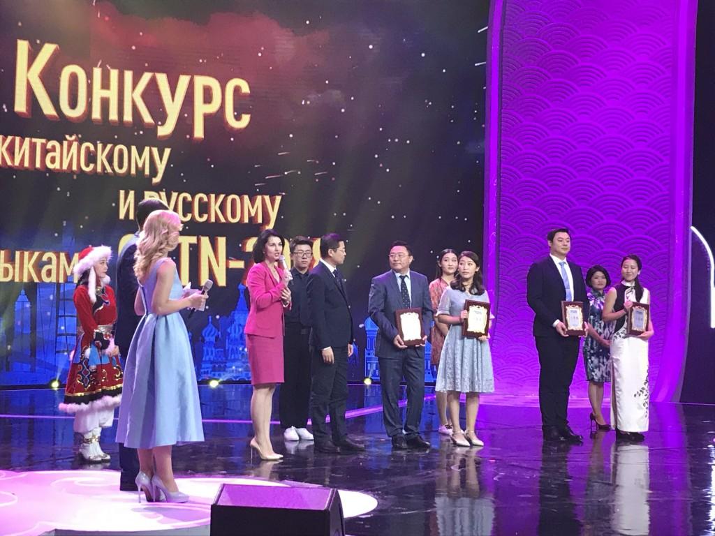 梅利尼科娃向选手表示祝贺 О.А. Мельникова поздравляет  участников