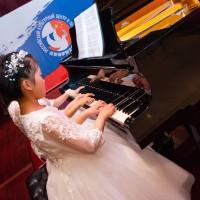 Игра на фортепиано в шесть рук