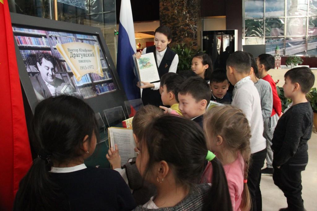 Осмотр экспозиции тематической книжной выставки