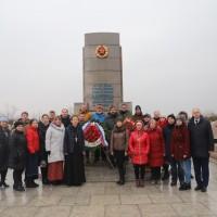 Участники церемонии возложения на кладбище «Хуаншань»