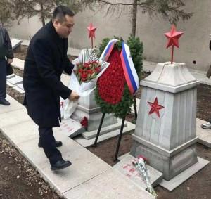 Возложение венков и цветов к могилам неизвестных солдат Красной армии в уезде Дашицяо городского округа Инкоу провинции Ляонин