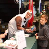 Сотрудники РКЦ выдают подарки участникам новогоднего праздника