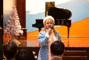 中心员工演唱歌曲《化装舞会》Поздравление от Снегурочки
