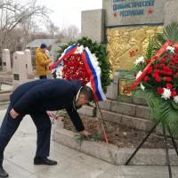 在苏军烈士纪念碑前献花 Возложение цветов к памятнику павшим воинам