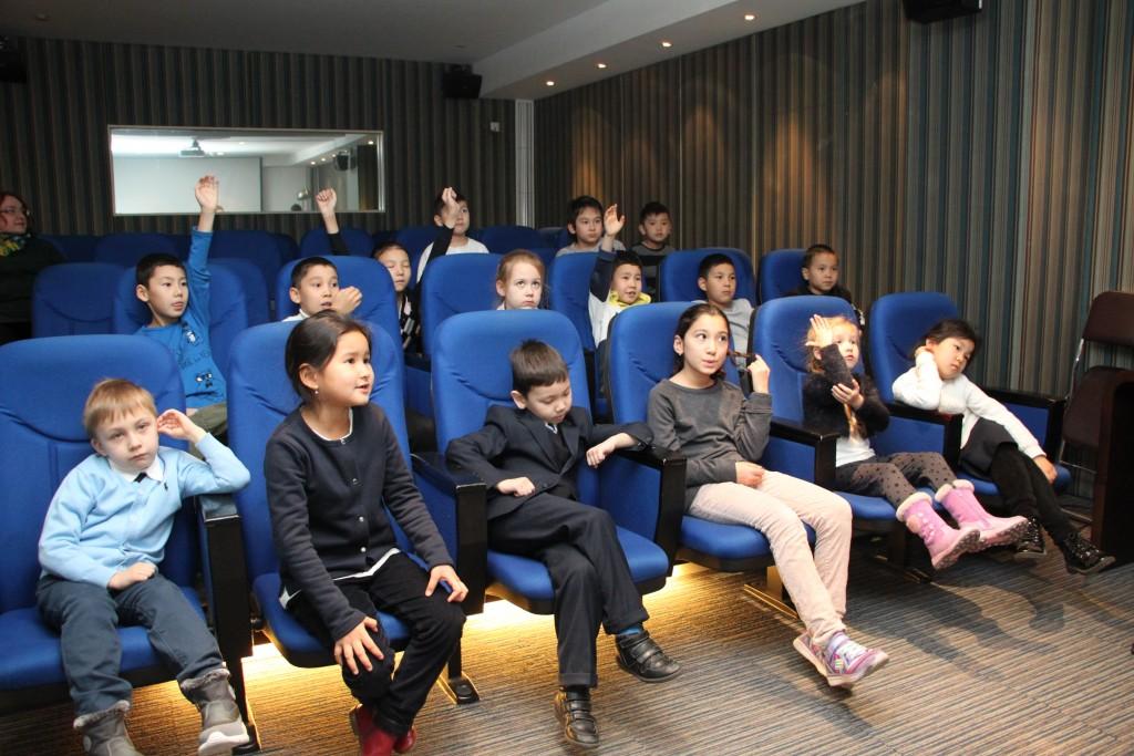 少儿参与者抢答问题 Юные участники мероприятия отвечают на вопросы викторины