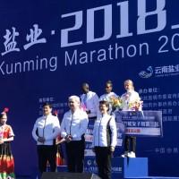 为获胜选手颁奖 Награждение победителей марафона.