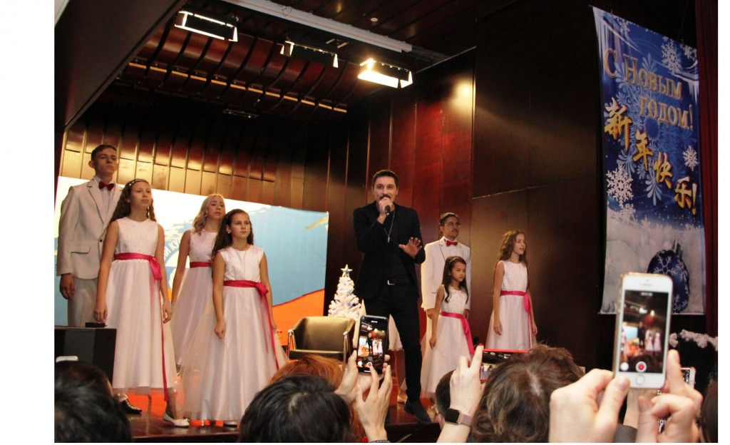 Песня «Не молчи» в исполнении Димы Билана в сопровождении музыкального коллектива «Тандем» Российского культурного центра