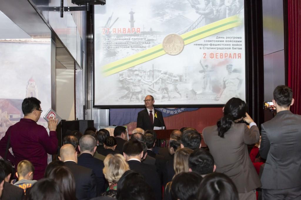 Руководитель информационного-делового центра Санкт-Петербурга в КНР зачитывает приветствие временно исполняющего обязанности Губернатора Санкт-Петербурга А.Д.Беглова