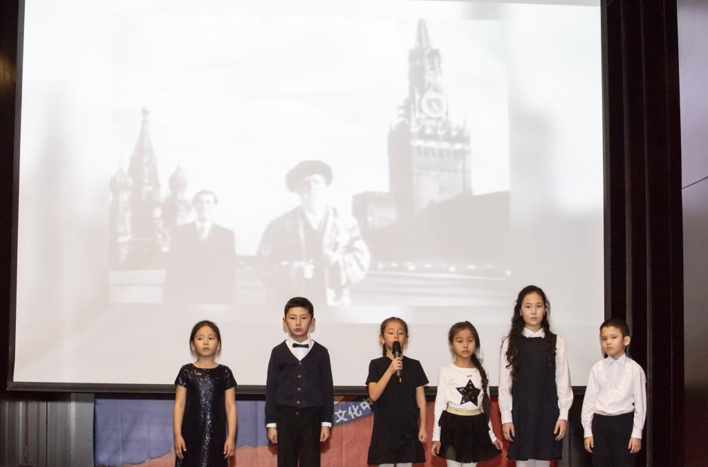 Отрывок из стихотворения Джамбула Джабаева «Ленинградцы, дети мои» в исполнении детей сотрудников Посольство Казахстана в Китае