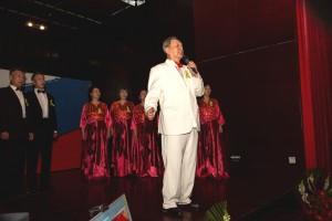 Хор «Голубой огонек» под руководством солиста Ли Цзяньдэ исполняет песню «Священная война»