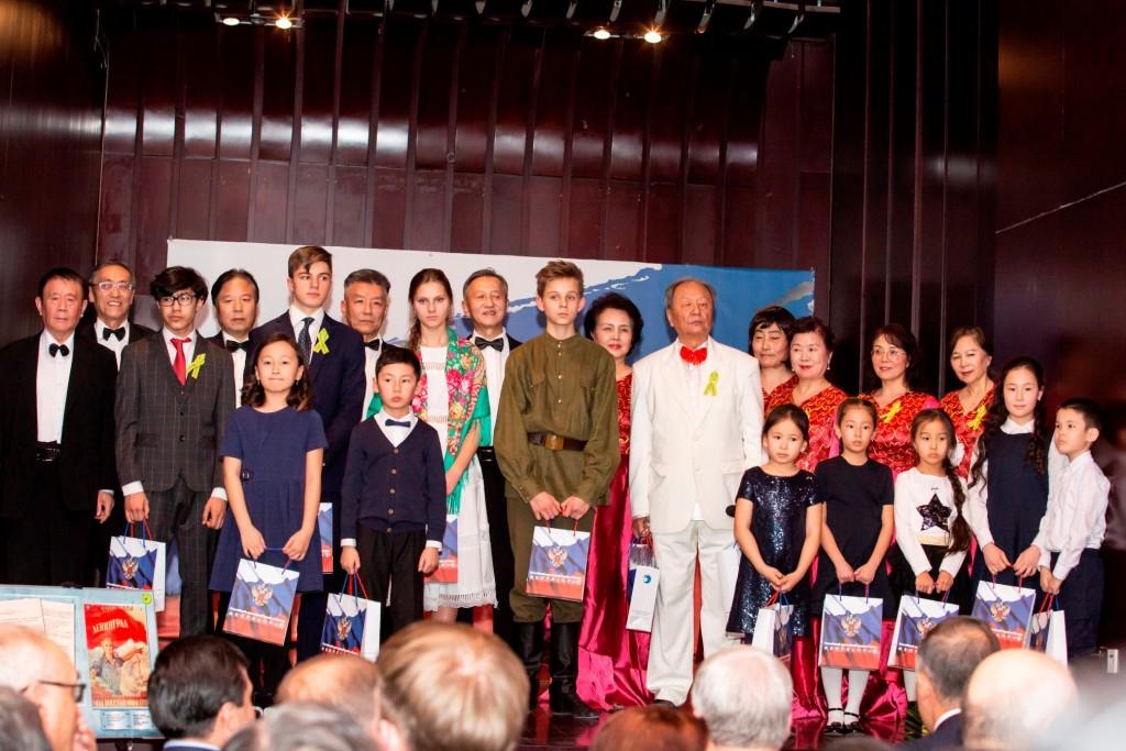 Вручение традиционных книг и сувениров от Российского культурного центра всем участникам концертной программы