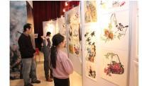 Посетители осматривают выставку детского рисунка