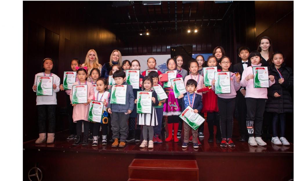 Общее фото победителей конкурса детского рисунка и членов жюри