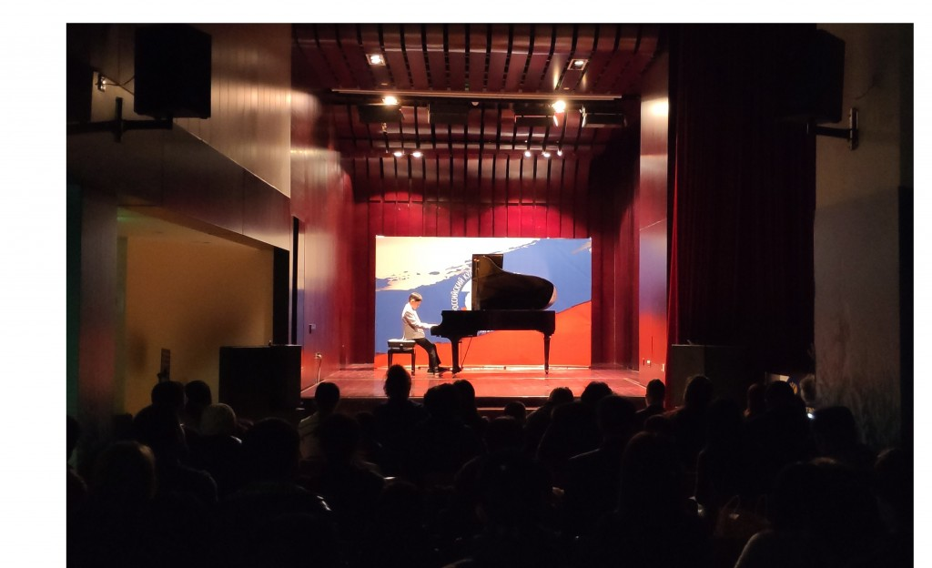 За роялем юный музыкант Чжан Байсюаня
