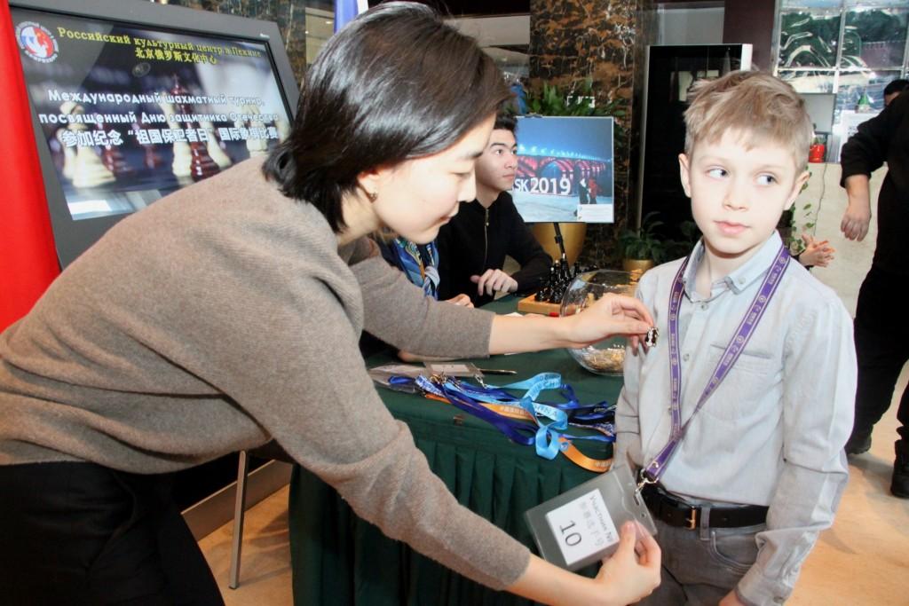 参赛选手签到、发纪念章рация участников шахматного турнира и вручение памятных значков