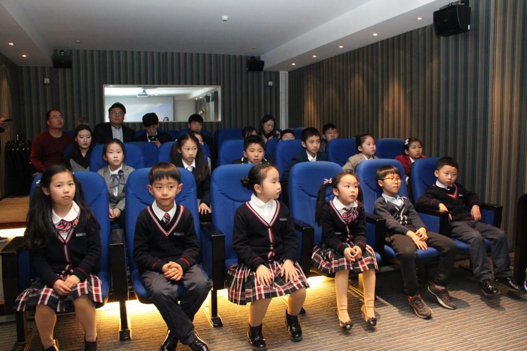 推介开始前的少儿来宾及其家长 Юные гости и их родители перед началом презентации