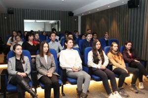 Учащиеся средней школы перед началом показа фильма «Ладога»