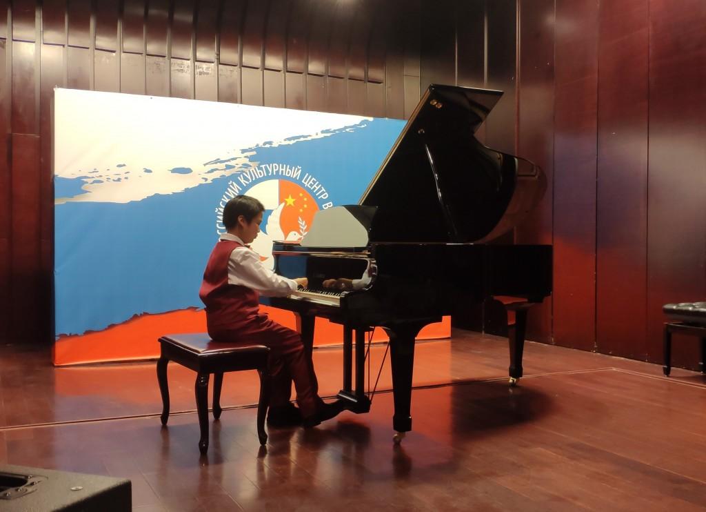 钢琴演奏中的小乐手Wang Jingxi За роялем юный музыкант Ван Цзинси