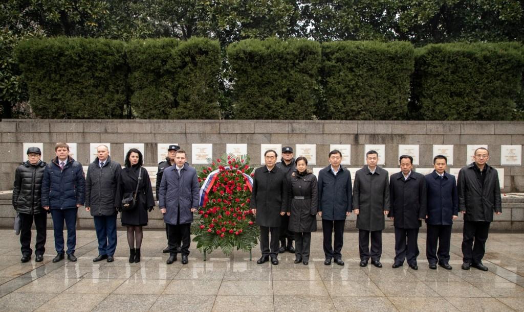Общее фото делегации Посольства России и представителей местных властей