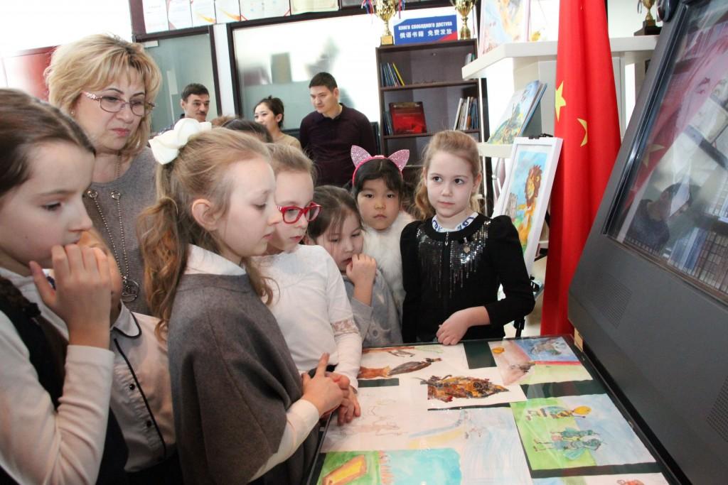 Осмотр тематической выставки рисунков