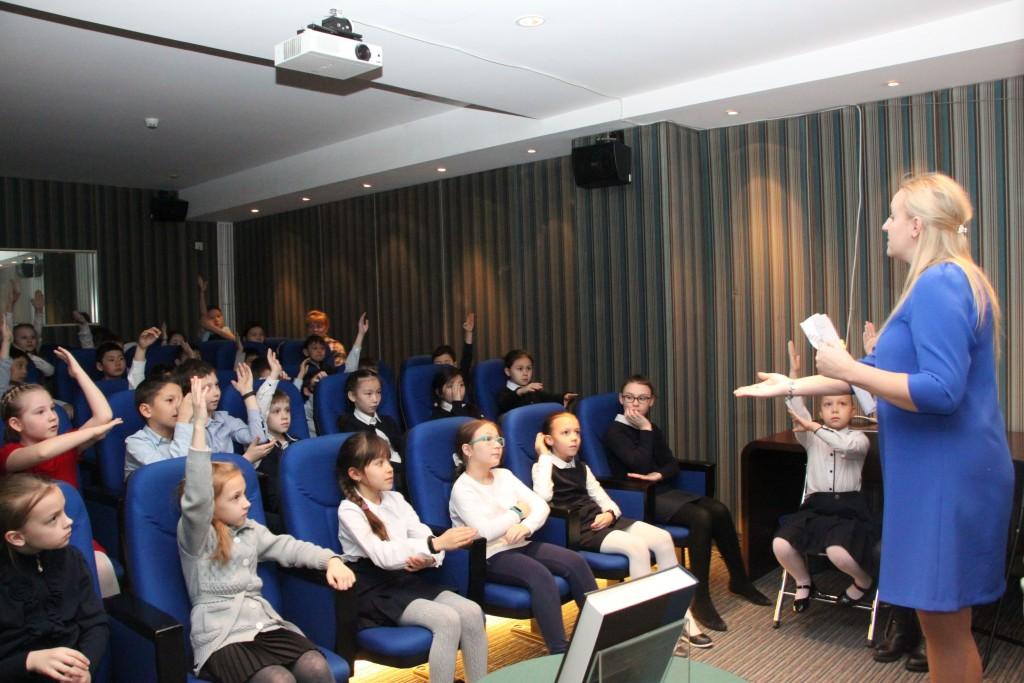 Участники мероприятия отвечают на вопросы викторины