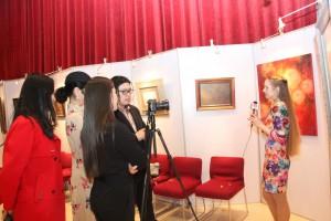 叶莲娜.西德涅耶娃在本人画展前接受采访 Елена Синдеева дает интервью на фоне своей выставки