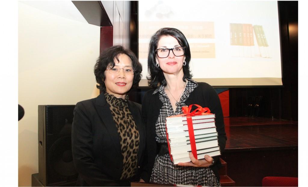 Вручение книг от Издательства в дар библиотеке РКЦ