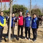 北京俄罗斯文化中心人员参加北京国际友好林植树活动Сотрудники РКЦ в Пекине приняли участие в акции по посадке деревьев в Пекинском международном лесу дружбы