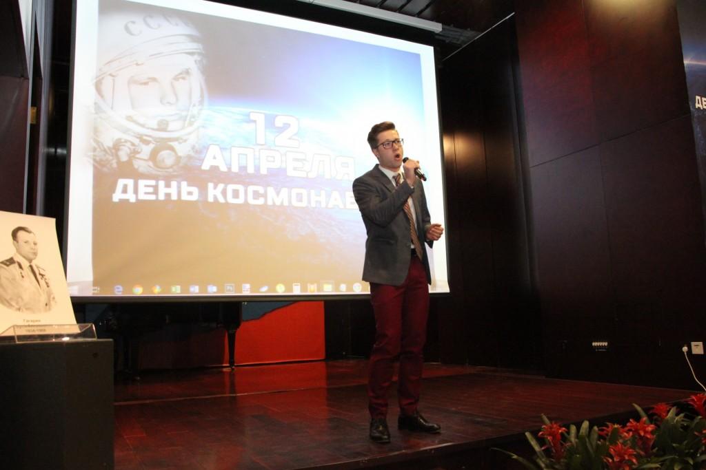 叶戈尔•费德罗夫演唱《家边的草地》 Егор Федоров исполняет песню «Трава у дома»