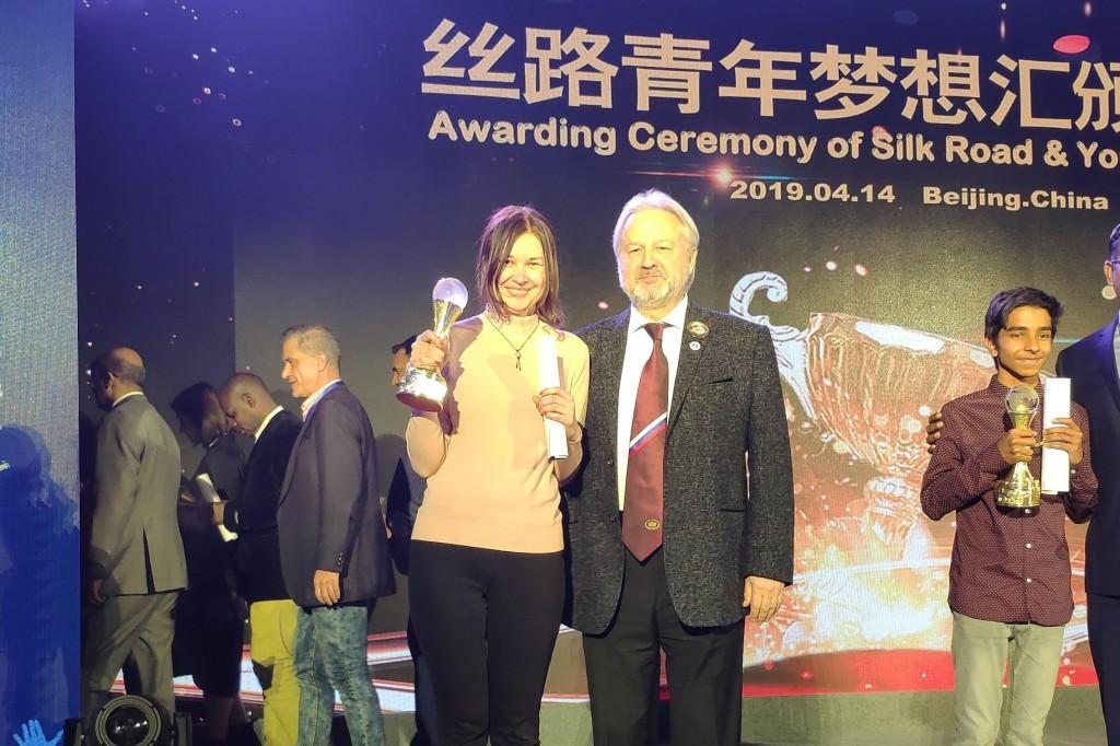 М.Ю.Лермонтов и Мария Королева, занявшая второе место в соревнованиях по ораторскому искусству на английском языке