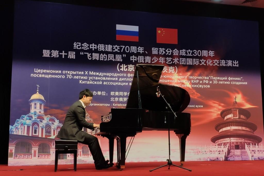 За роялем известный китайский пианист Чжай Ши