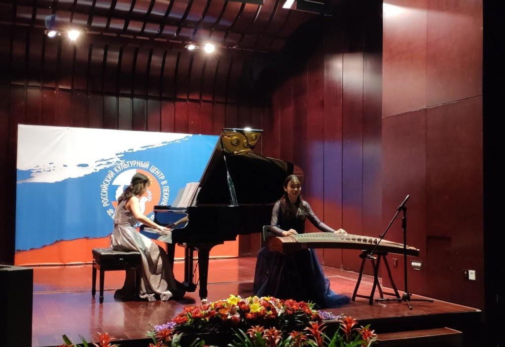 马虹和赵光明演绎中国作曲家何占豪的作品,钢琴古筝合奏  Ма Хун и Чжао Гуанмин исполняют произведение китайского композитора Хэ Чжанхао на рояле и гучжэне