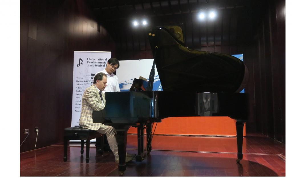 Профессор Российской академии музыки имени Гнесиных Ю.Богданов проводит мастер-класс с китайскими пианистами