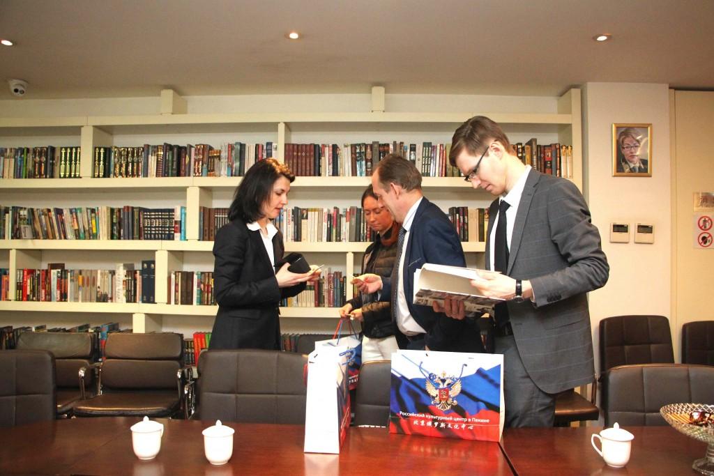 与代表团成员互留联系方式 Во время обмена контактами с членами делегации
