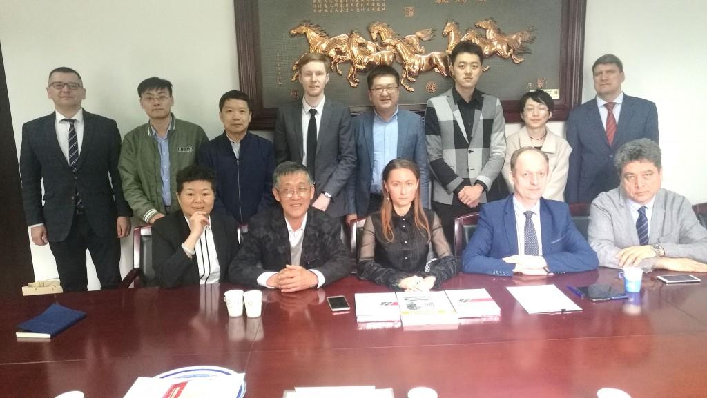 在清华大学进行的会议参与者合影 Общая фотография участников встречи в Университете Цинхуа