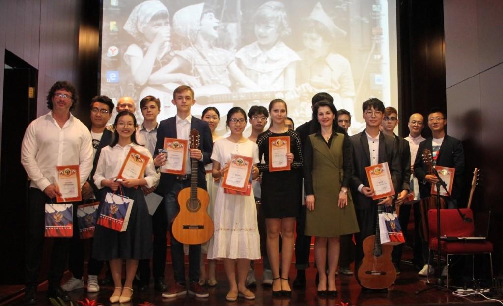 Вручение благодарственных грамот и сувениров от РКЦ в Пекине