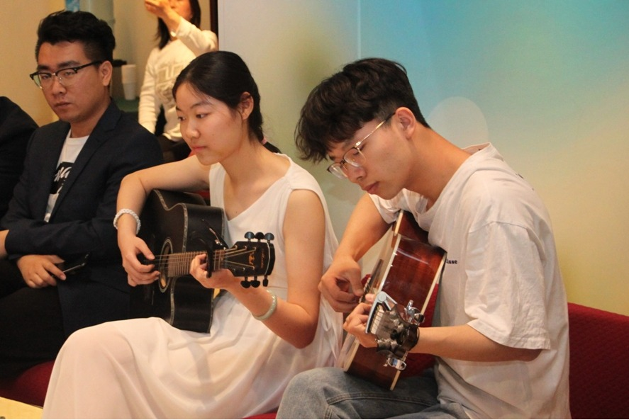 Студенты первого курса Китайского университета коммуникаций исполняют песню «Ой, рябина рябинушка»