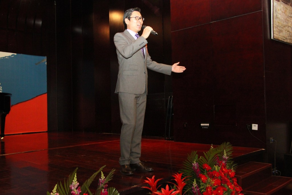 中心员工高磊演唱《胜利日之歌》 Сотрудник РКЦ Гао Лэй выступает с песней «День Победы»