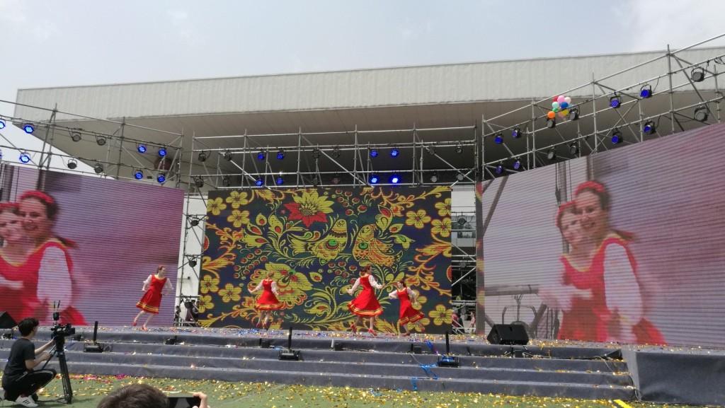 俄罗斯留学生上台表演 Выступление российских студенток на сцене