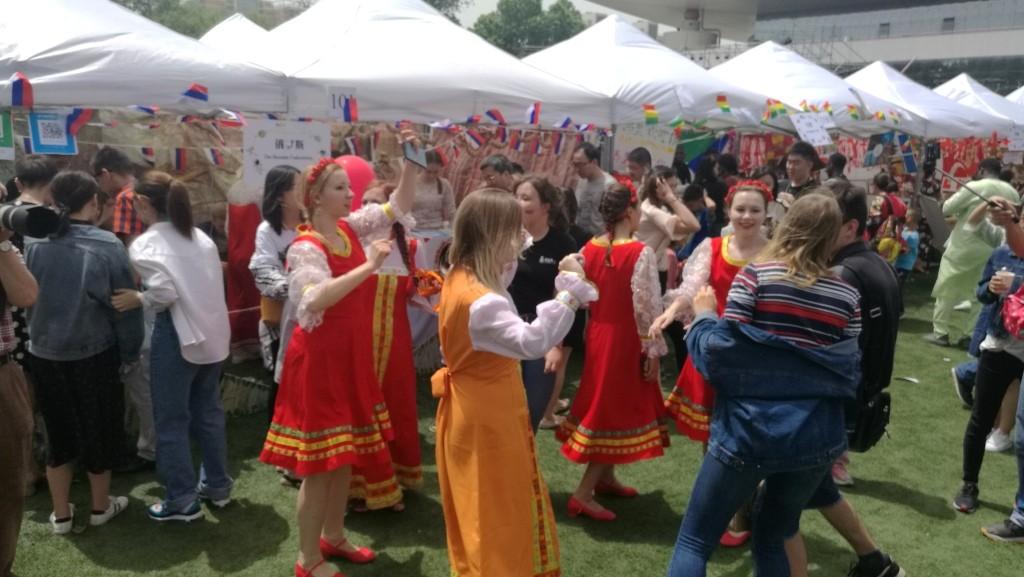 在北京语言文化大学俄罗斯展台前的舞蹈秀 Танцы перед российским стендом в Пекинском университете языка и культуры