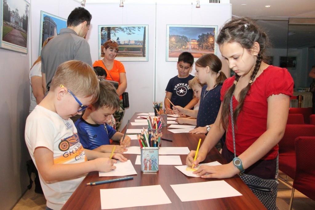 孩子们尝试用不同风格写各自的名字 Дети пробуют писать свои имена различными стилями