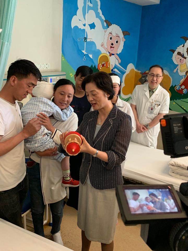 与医院小患者交流  Общение с юными пациентами госпиталя