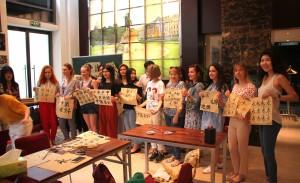 Участники мероприятия с результатами мастер-класса по каллиграфии