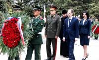 Венок возлагают старшие дипломаты Посольства России в КНР