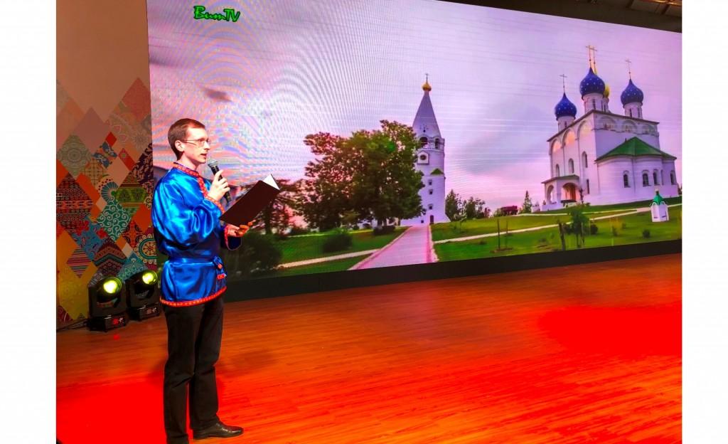 北京俄罗斯文化中心人员进行俄罗斯推介 Сотрудник РКЦ в Пекине выступает с презентацией России
