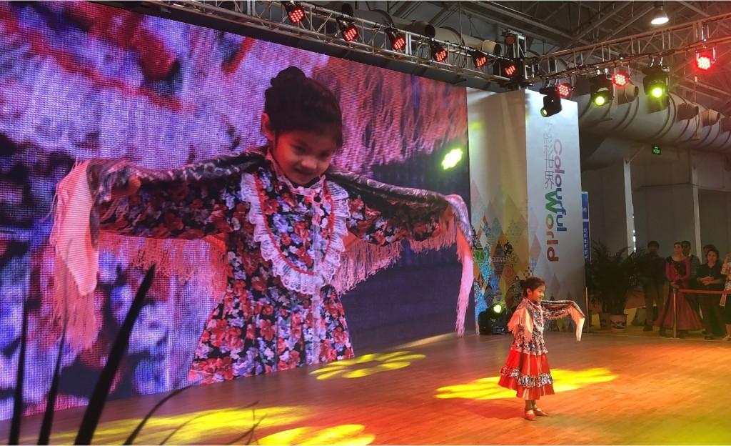 Jiang Yifei表演俄罗斯民族舞 Цзян Ифэй выступает с русским народным танцем «Плясовая»