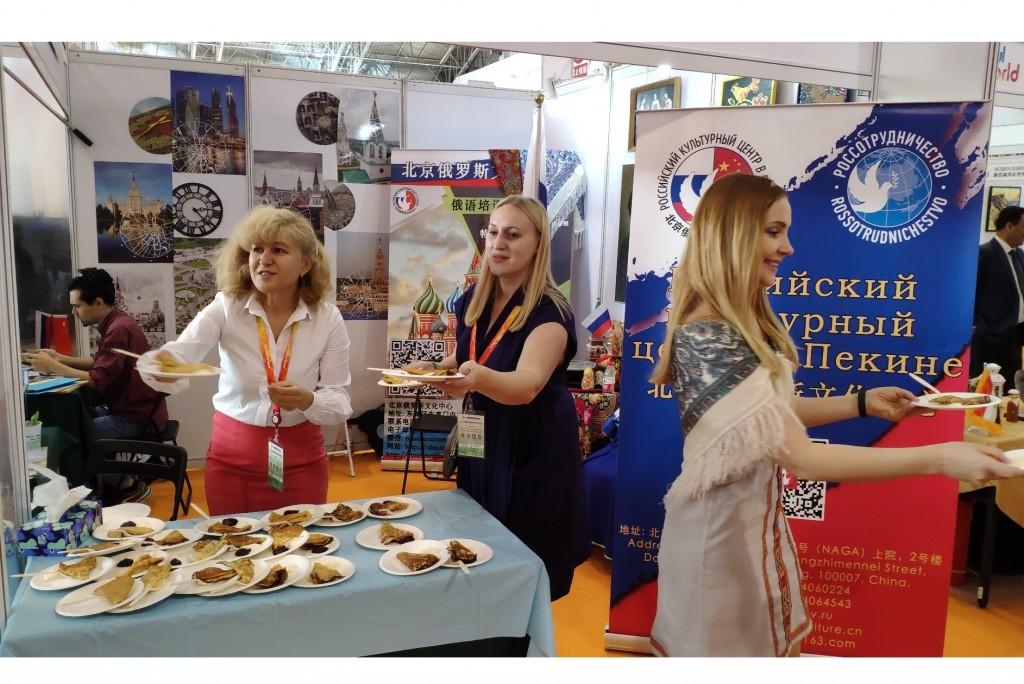 面向展览参观者的传统俄罗斯款待 Традиционные руссие угощения  для посетителей выставки