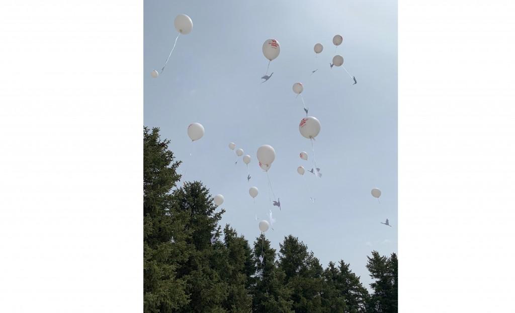 """仪式参与者放飞气球和""""希望之鹤""""  Участники церемонии запускают в воздух воздушные шары с журавликом в ходе акции «Журавлик «Надежда»"""